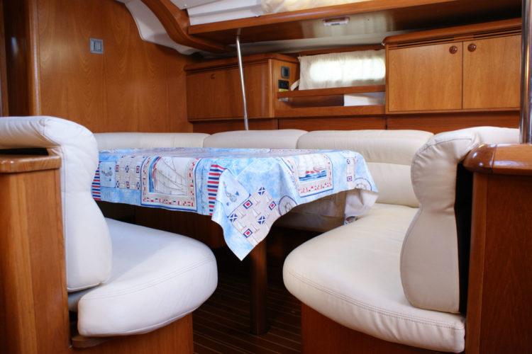 Jeanneau Sun Odyssey 49 - tavolo in dinette