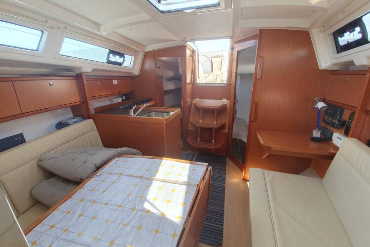 Bavaria 34 Cruiser - dinette